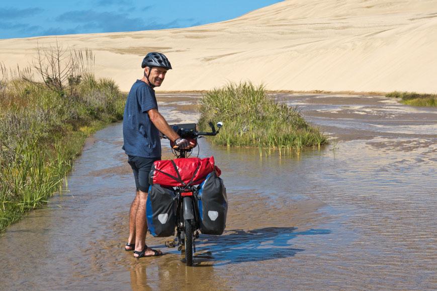 Auf dem Weg zum 90 Mile Beach muss der Fluss Te Paki auf mehreren Kilometern durchwatet werden, Nordinsel Neuseeland