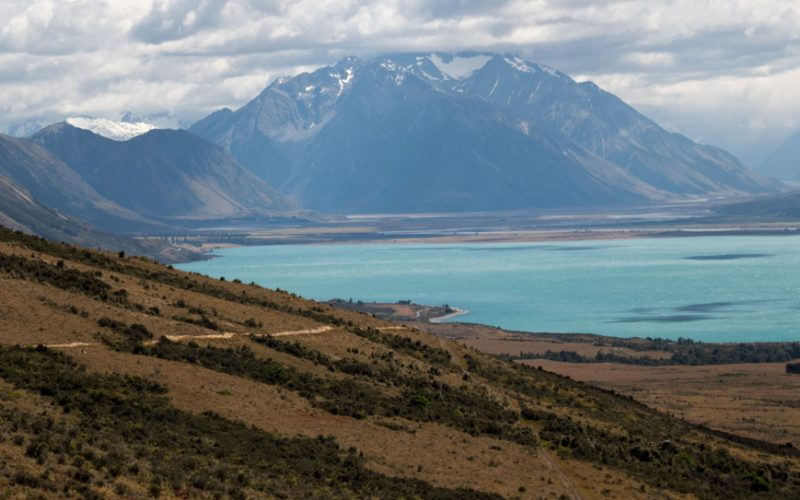 Lake Ohau mit dem Alps to Ocean Cycle Trail, Neuseeland Südinsel
