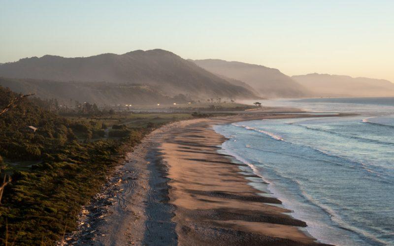 Strand bei der Gentle Annie an der Mündung des MokihinuiRivers, Neuseeland Südinsel