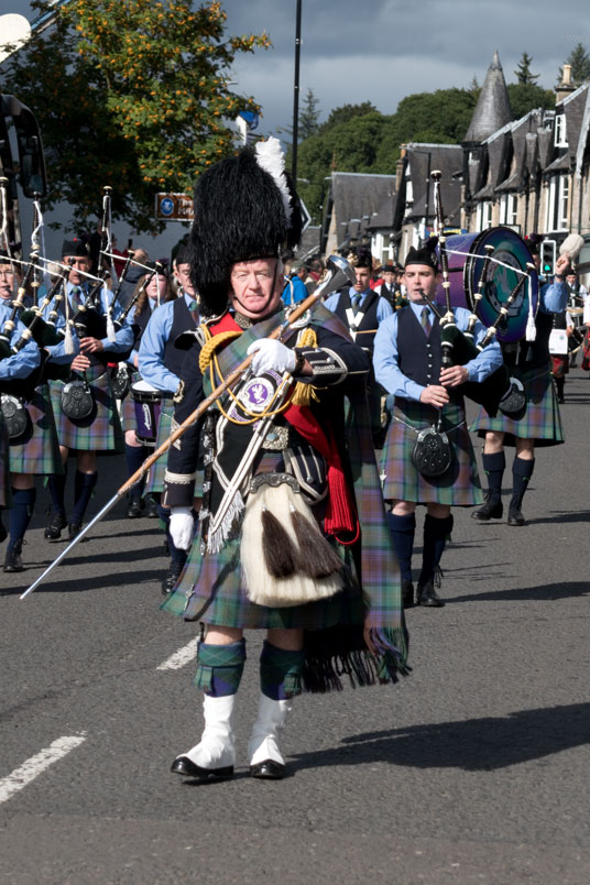Pipes and Drums Bands marschieren durch Pitlochry