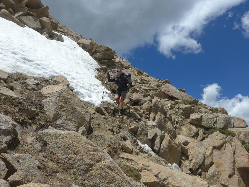 Steiler Abstieg über Felsen